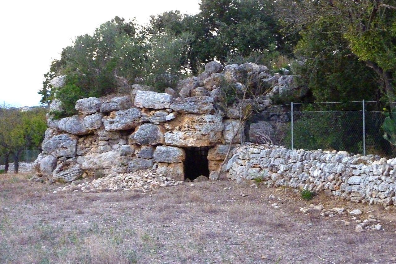 Imponerende ruiner og talaioter på Mallorca nær Sineu. Talaiot des Racons tårne stikker op i landskabet